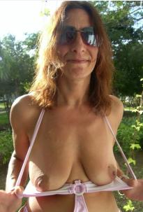 scharfe hausfrau zeigt ihre hängetitten